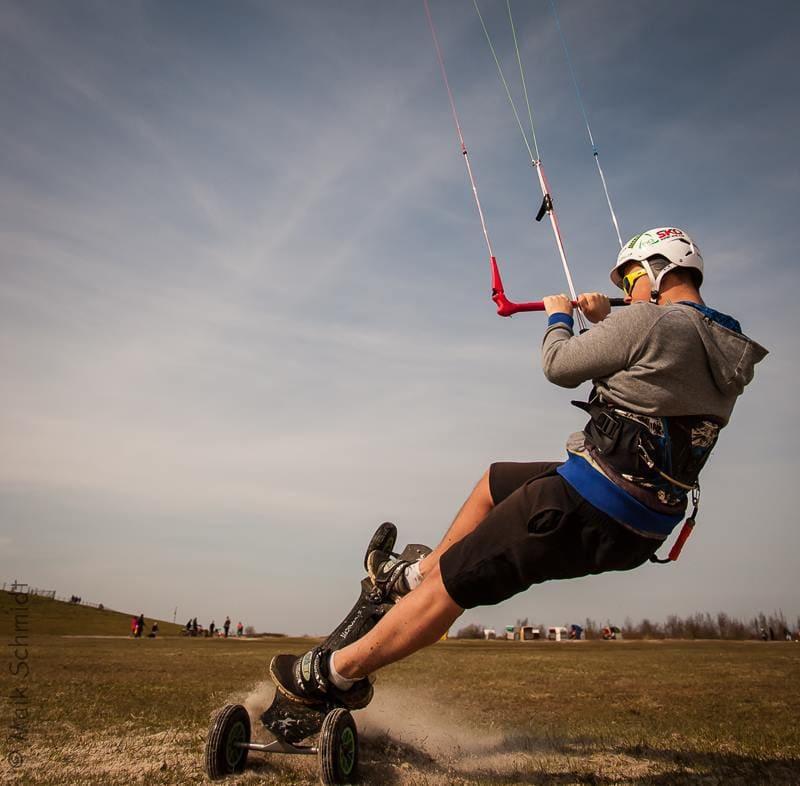 Pascal Schmidt beim Kitelandboarding