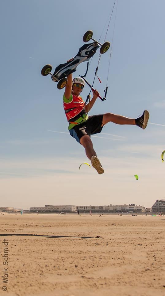 Pascal Schmidt beim Kitelandboarding Sprung mit Foot off